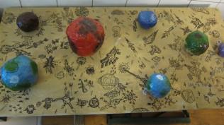 Le tableau de jeu des Planètes, décoré par les loups